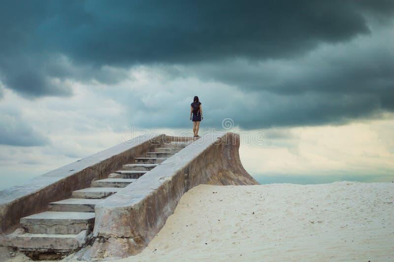 Personne solitaire d'escaliers nulle part - image stock