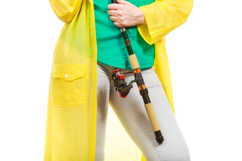 Personne tenant la canne à pêche, équipement de rotation photo libre de droits
