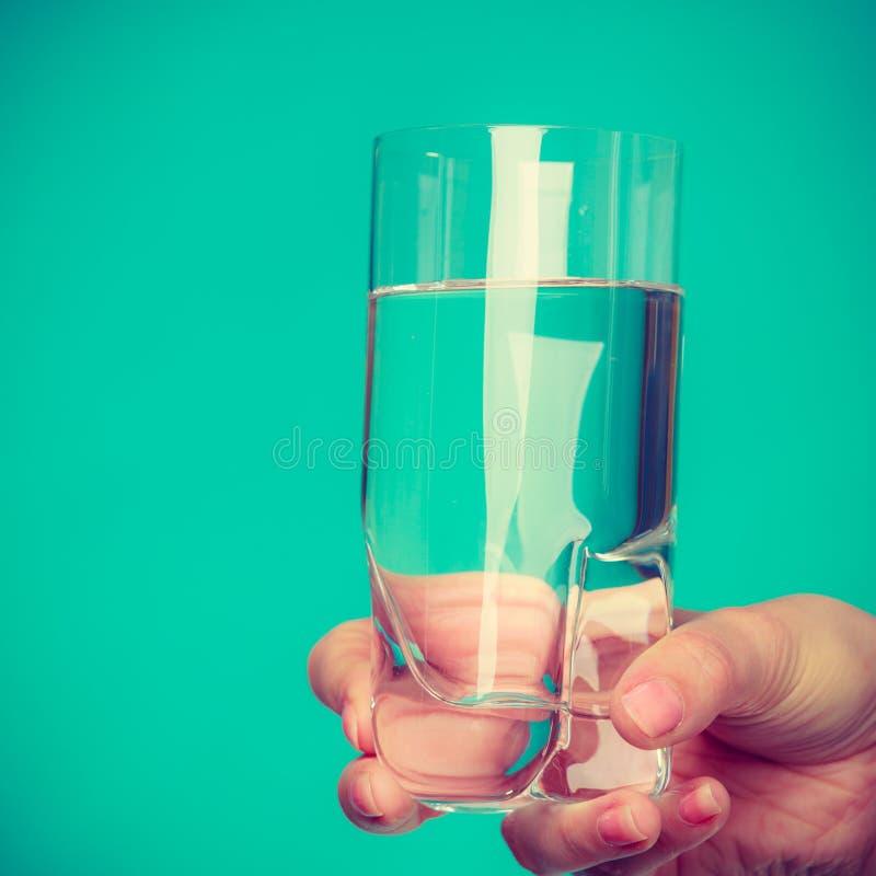 Personne tenant un verre de l'eau photo stock