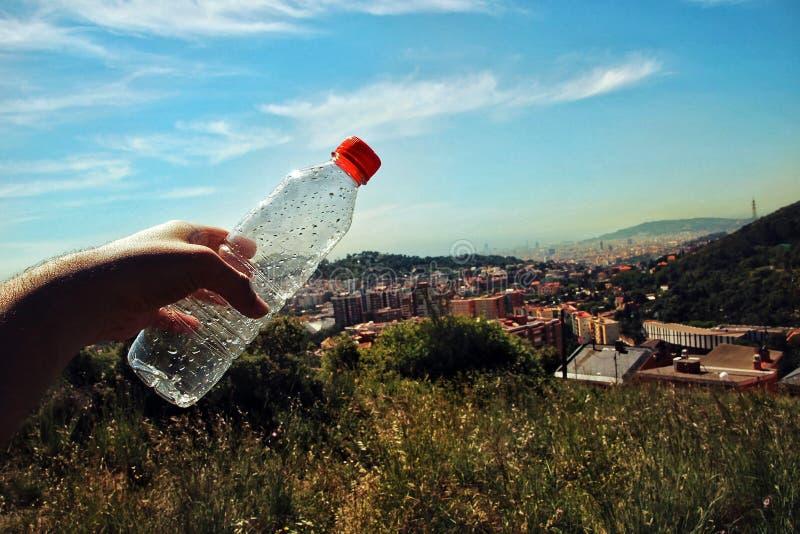 Personne tenant une bouteille de l'eau photo stock