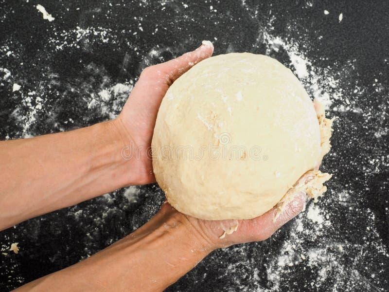 Personne Tenant Une Pâte Après Avoir Rendu Résistant Photo stock