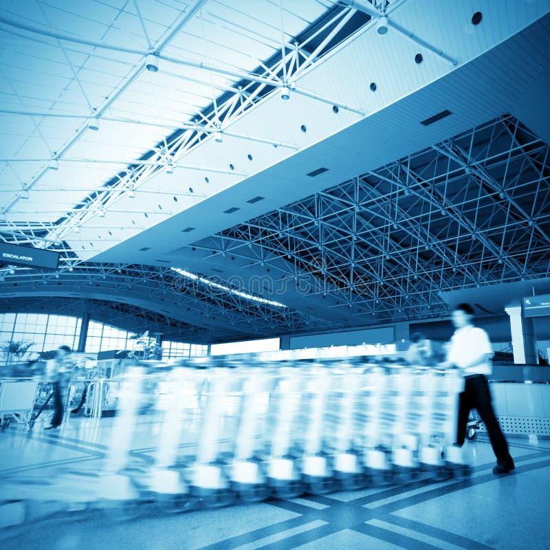 Personnel à l'intérieur du terminal photographie stock libre de droits
