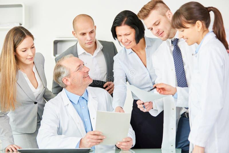 Personnel d'administration de clinique avec l'équipe photo stock