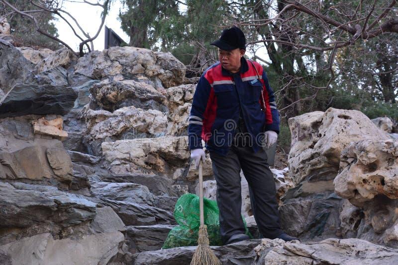 Personnel de nettoyage en parc de Beihai photo stock