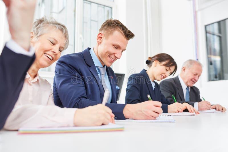 Personnel des employés dans la formation passant l'examen images libres de droits