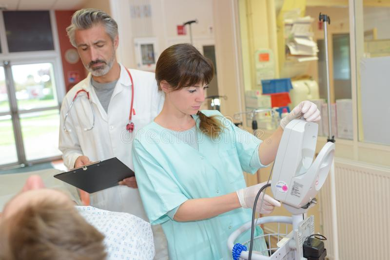 Personnel médical autour de patient image stock