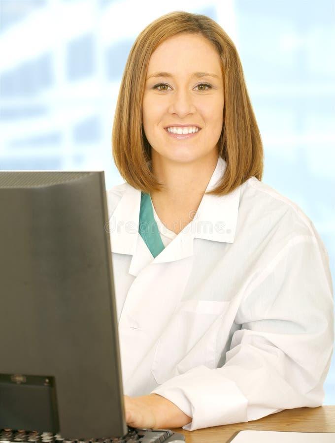 Personnel médical de sourire travaillant avec l'ordinateur photos stock