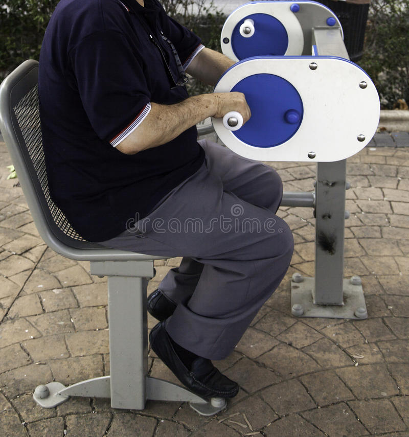 Personnes âgées dans des machines de gymnase photos stock