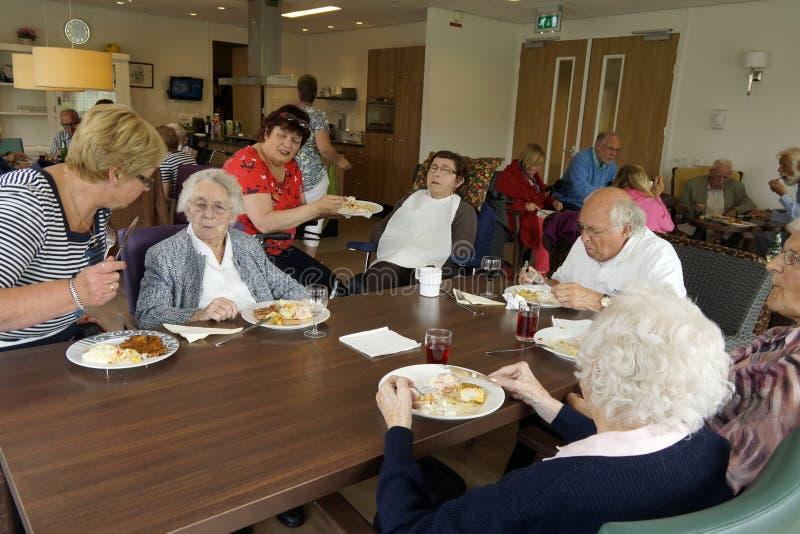 Personnes âgées dans une maison de repos dînant images libres de droits