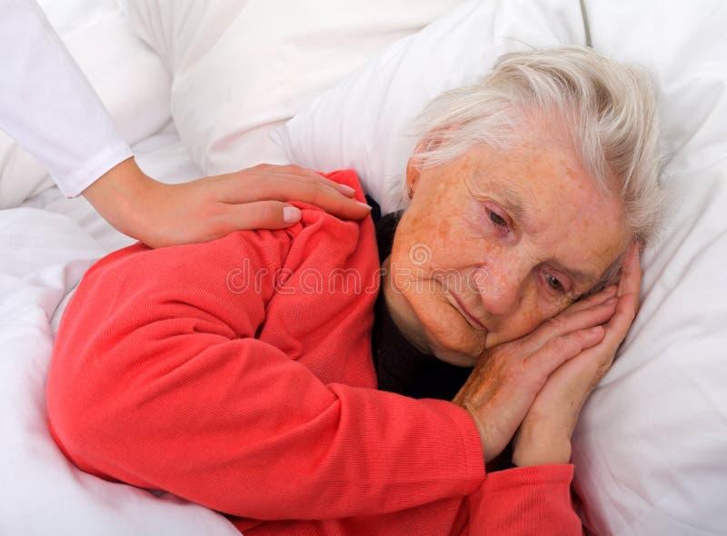 Personnes âgées de sommeil images libres de droits