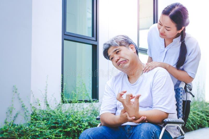 Personnes âgées handicapées s'asseyant sur un fauteuil roulant photos stock