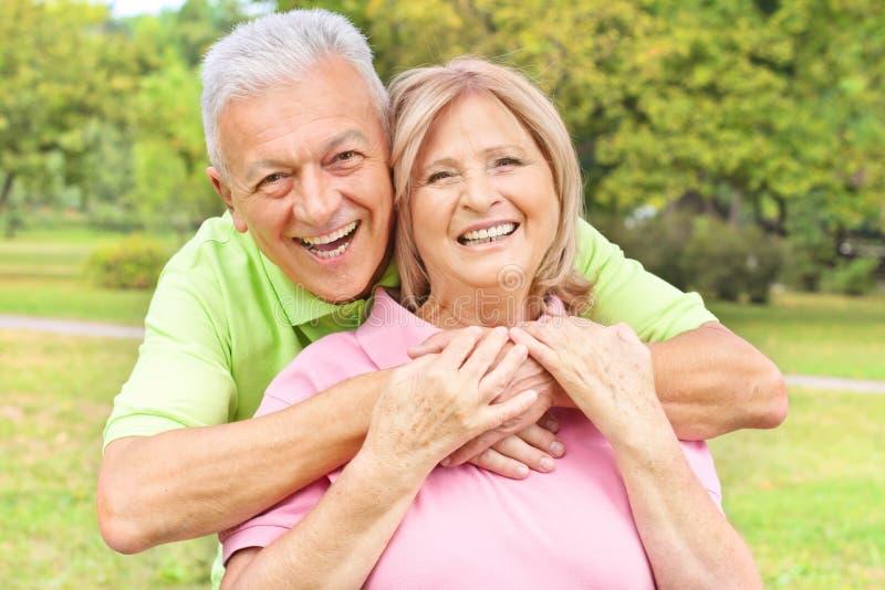 Personnes âgées heureuses à l'extérieur photographie stock libre de droits