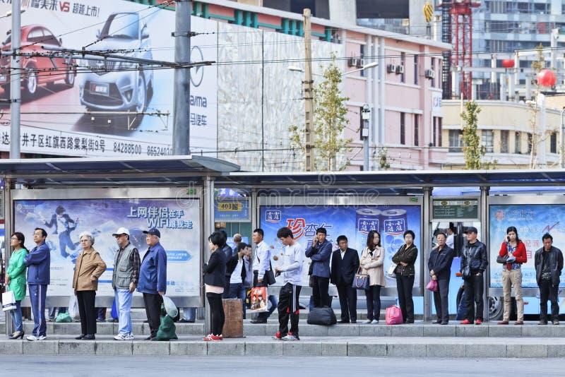 Personnes alignées au staion de bus, Dalian, Chine image stock