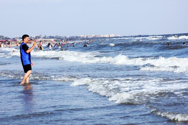 Personnes arabes en plage en Egypte images stock