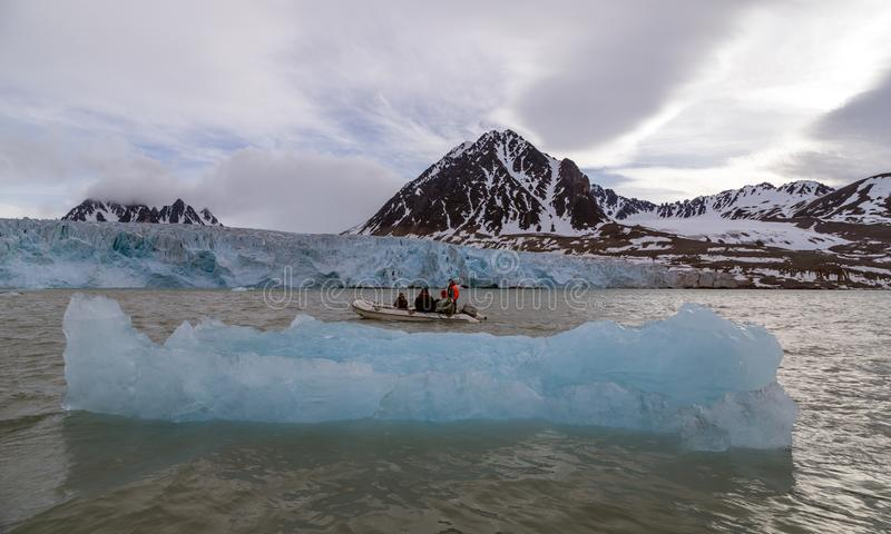 Personnes arctiques de paysage dans le zodiaque parmi les banquises photographie stock