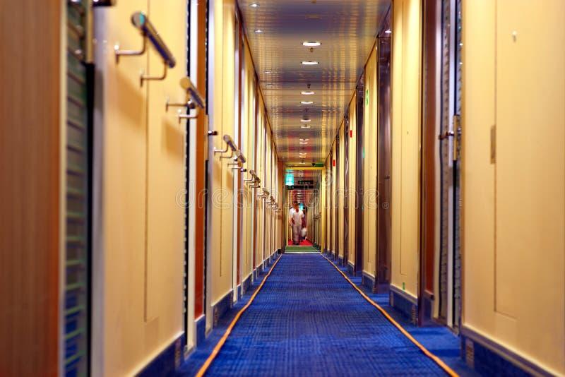 Personnes brouillées dans le corrido d'hôtel photos libres de droits