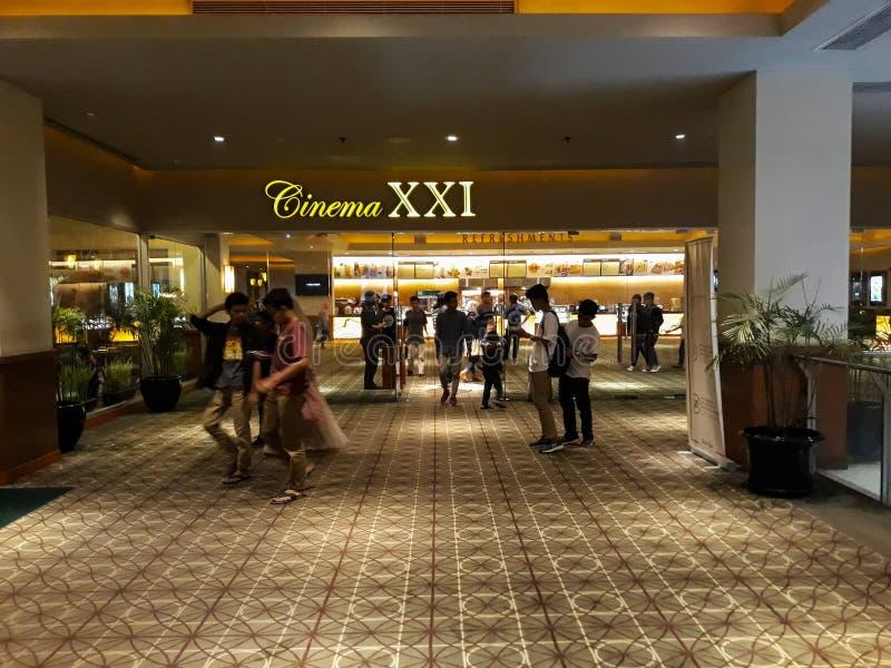 Personnes brouillées non reconnues Cinéma XXI à l'intérieur d'un centre commercial image stock