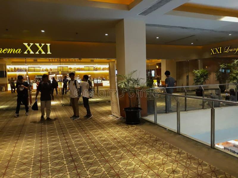 Personnes brouillées non reconnues Cinéma XXI à l'intérieur d'un centre commercial photos stock