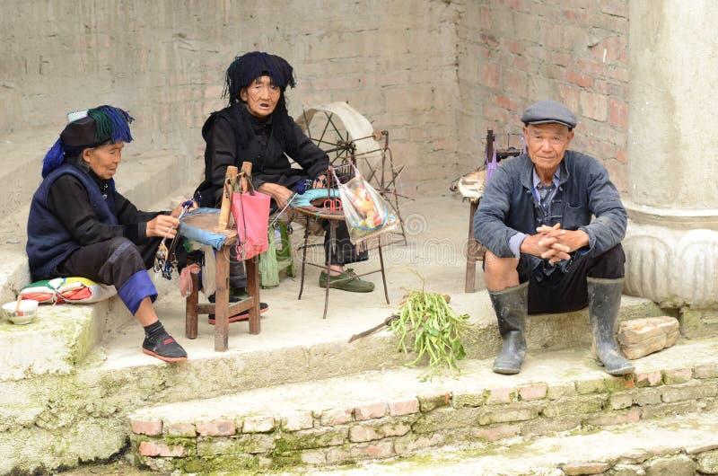 Personnes chinoises de village de minorité images stock