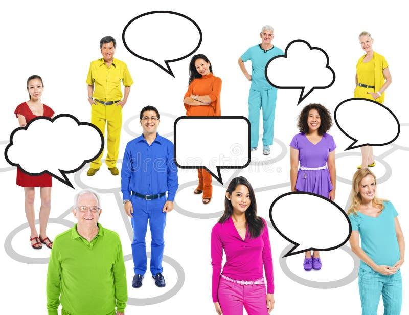 Personnes colorées multi-ethniques du monde avec des bulles de la parole image stock