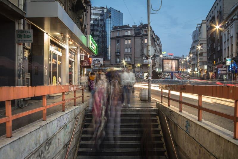 Personnes dans une précipitation marchant, avec une tache floue de vitesse, sur l'escalier, les escaliers et le passage souterrai photos libres de droits