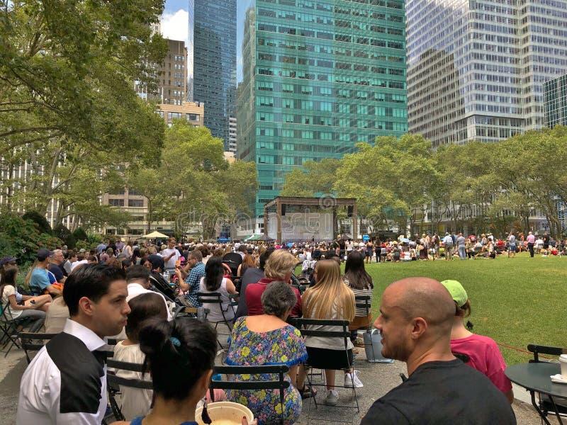Personnes de Bryant Park New York City ayant l'amusement et mangeant l'extérieur photo stock