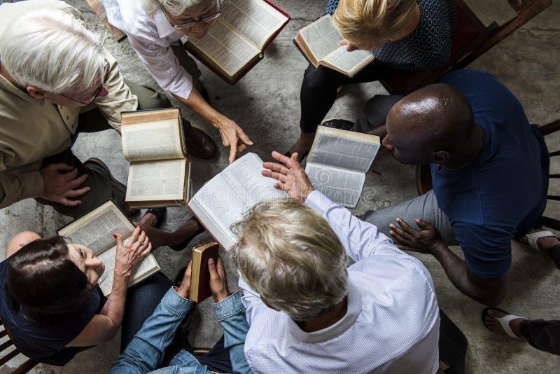 Personnes de christianisme de groupe lisant la bible ensemble images libres de droits