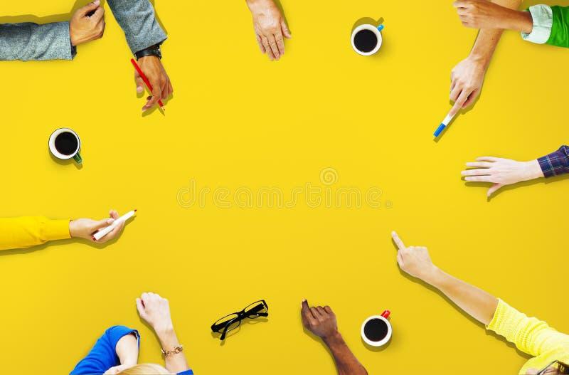Personnes de diversité partageant l'atteinte reliant ensemble le concept photographie stock