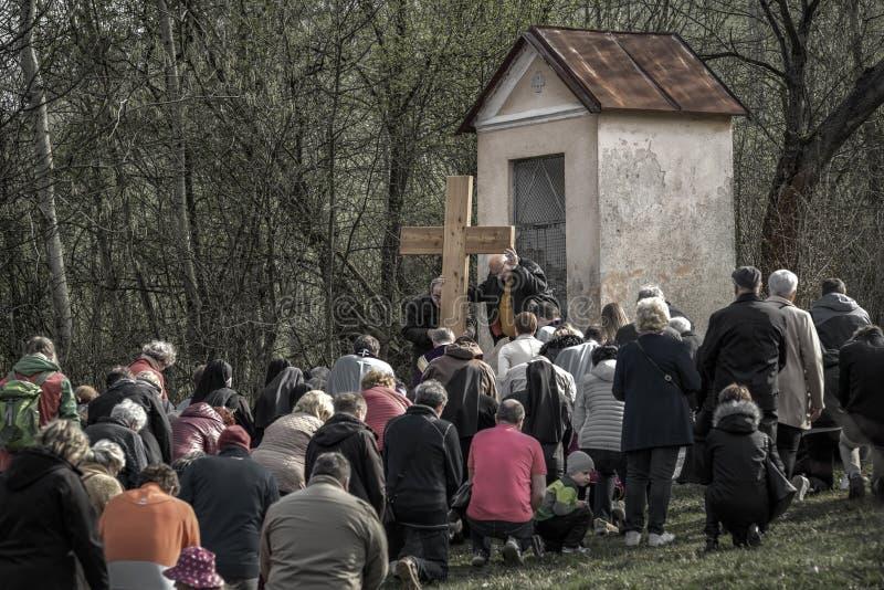 Personnes de Kneeing devant la croix photo libre de droits