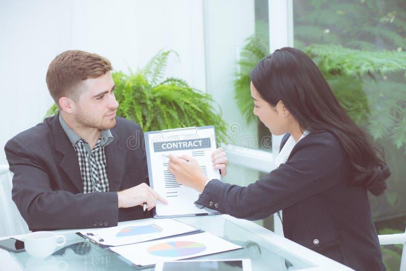 Personnes de l'Asiatique deux d'affaires s'asseyant au bureau fonctionnant dans le travail d'équipe image libre de droits