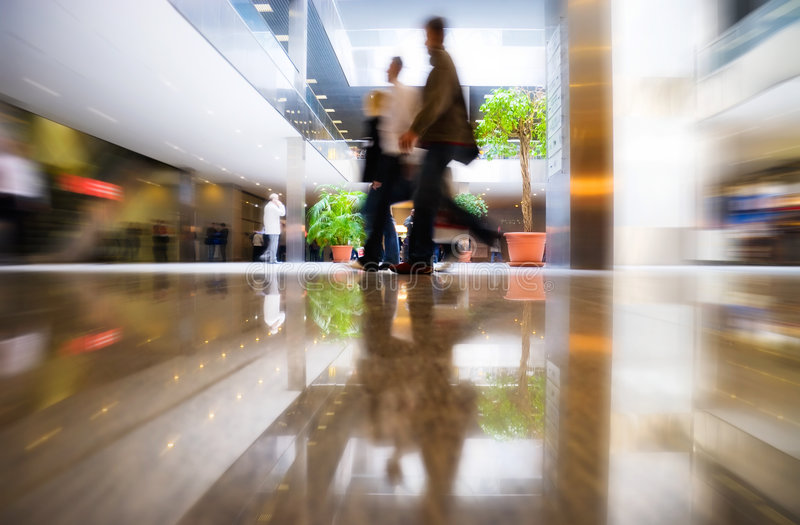 Personnes de marche au centre moderne d'affaires photographie stock