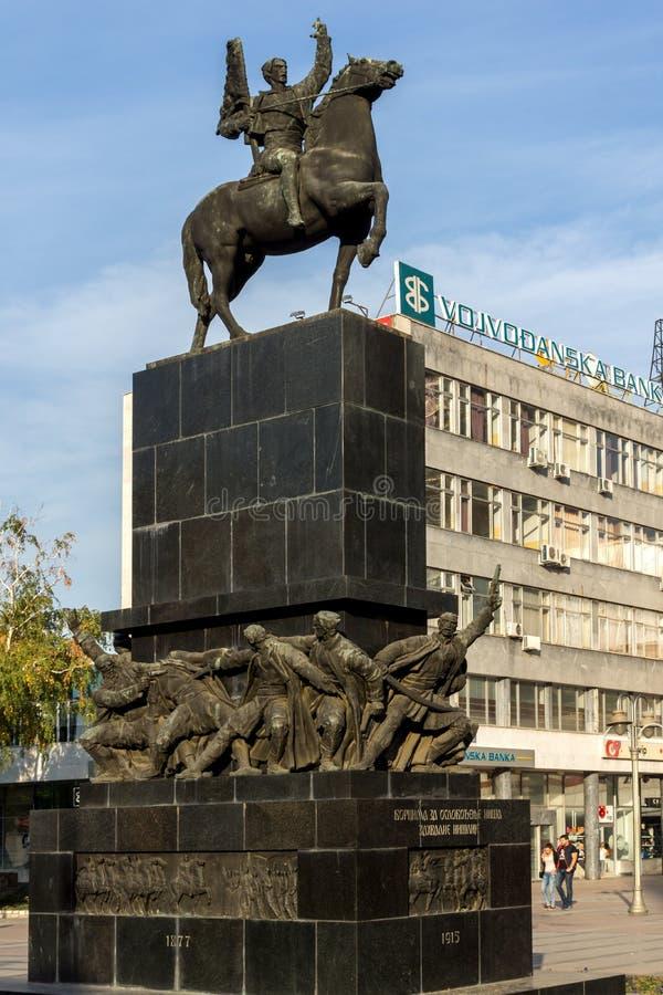Personnes de marche au Roi Milan Square dans la ville du NIS, Serbie image stock