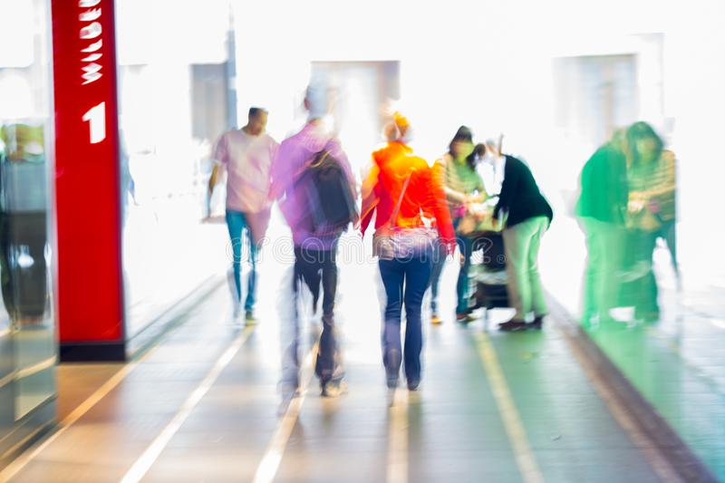 Personnes de marche dans l'image brouillée attachée par verre brouillées Londres, R-U photographie stock