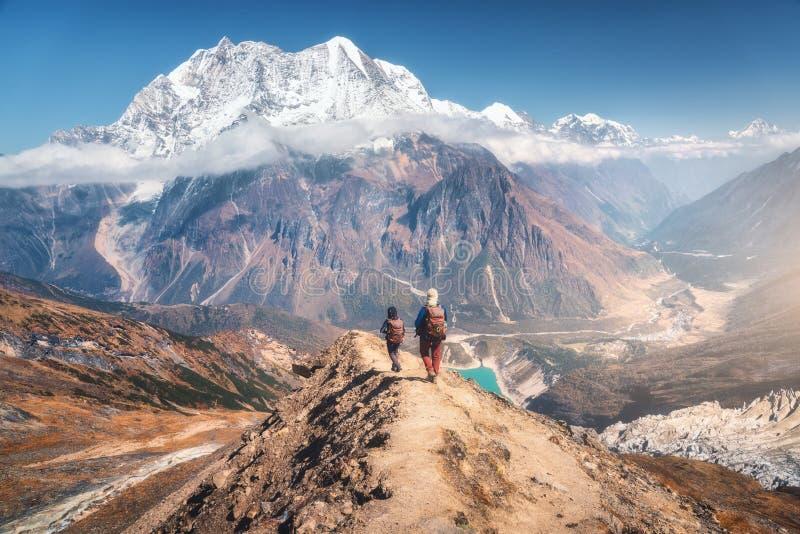 Personnes de marche sur la traînée de montagne au jour ensoleillé Paysage photo libre de droits