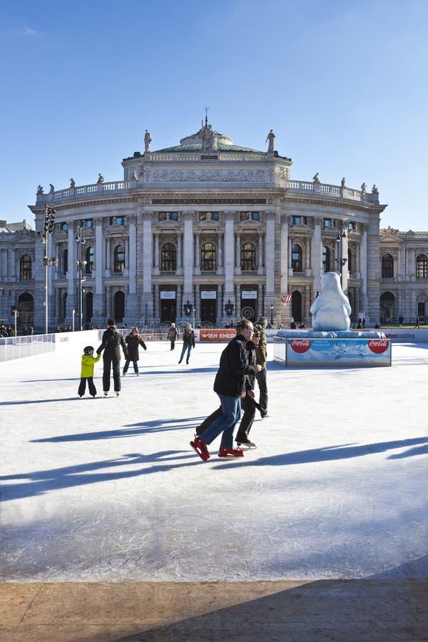 Personnes de patinage de glace à la saucisse Eistraum à Vienne images stock