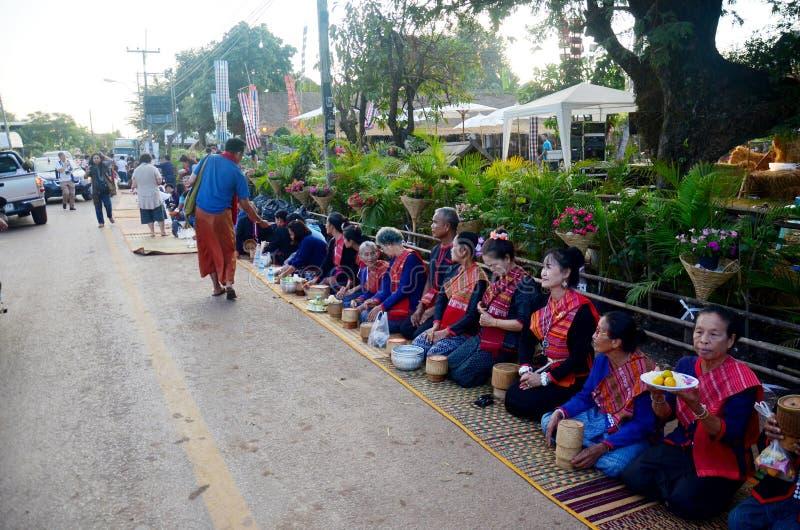 Personnes de Phu tai préparant la nourriture et l'almsgiving avec du riz collant photos stock