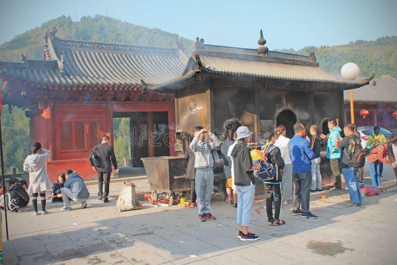 Personnes de pri?re dans le temple de WuTaiShan, Shanxi, Chine photo libre de droits