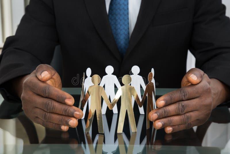 Personnes de Protecting Paper Cutout d'homme d'affaires photos libres de droits