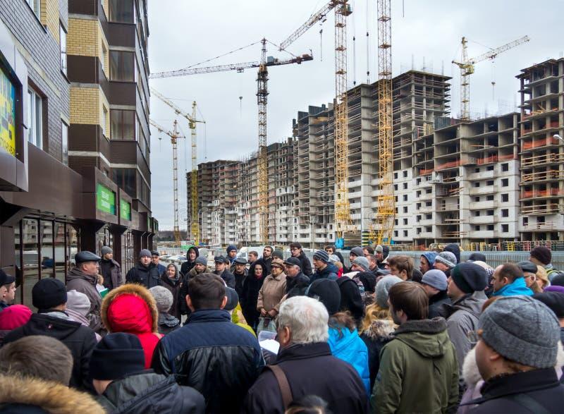 Personnes de réunion au chantier de construction d'une nouvelle maison images libres de droits