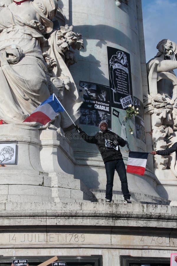 Personnes de race noire ondulant le drapeau français, Paris photographie stock libre de droits