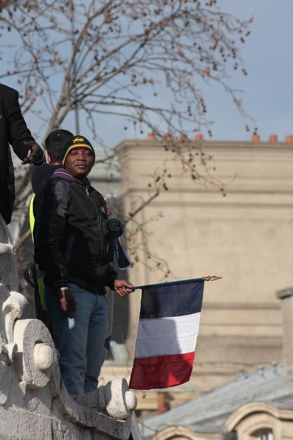Personnes de race noire ondulant le drapeau français, Paris photographie stock