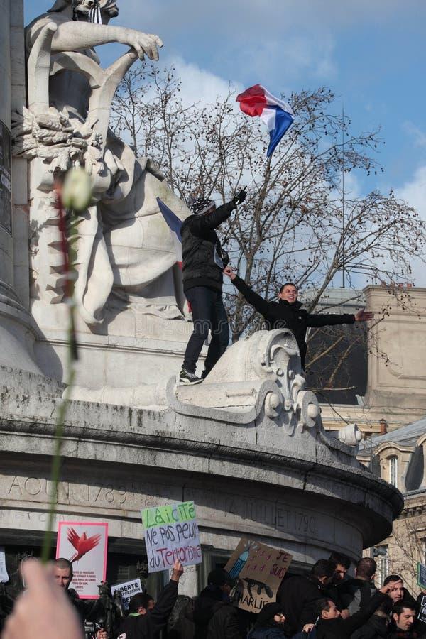 Personnes de race noire ondulant le drapeau français, Paris photos stock