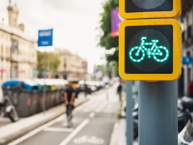 Personnes de rue de ville de feu de signalisation de signe de bicyclette montant sur le transport de mode de vie d'écologie de ru photographie stock