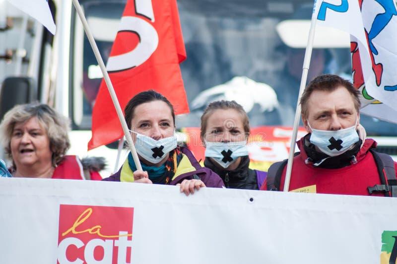 Personnes de service public protestant avec des drapeaux contre les salaires inférieurs et les nouvelles réformes du gouvernement photographie stock