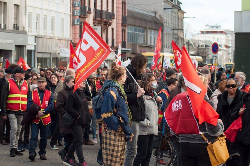 Personnes de service public protestant avec des drapeaux contre les salaires inférieurs et les nouvelles réformes du gouvernement photos stock