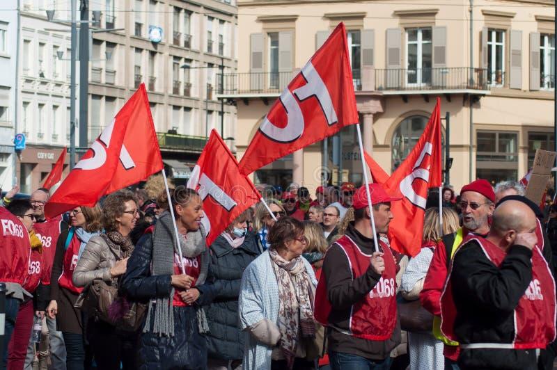 Personnes de service public protestant avec des drapeaux contre les salaires inférieurs et les nouvelles réformes du gouvernement images libres de droits