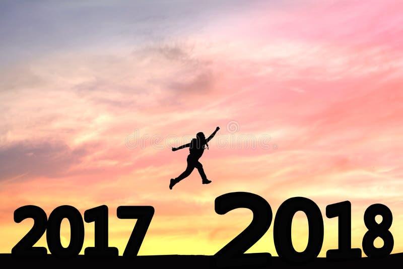 Personnes de silhouette sautant à partir de 2017 à 2018 images stock