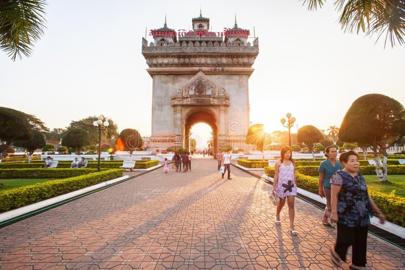 Personnes de touriste et du Laos visitant Patuxai ou Victory Gate au soleil photos stock