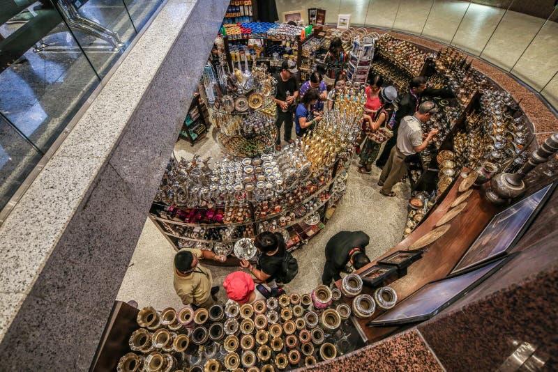 Personnes de touristes faisant des emplettes dans une boutique de souvenirs dans le bazar Souq à Dubaï Emirats Arabes Unis Moyen- photo libre de droits