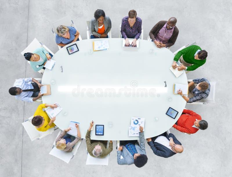 Personnes de vue aérienne travaillant partageant le Tableau de conférence de connexion images libres de droits